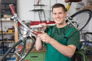 Fahrradmechaniker repariert Fahrrad in einer Werkstatt