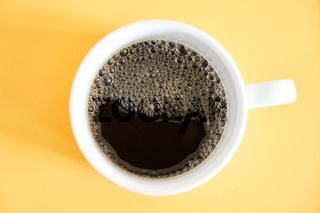 Frischer Kaffee in einer Tasse direkt von oben