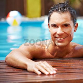 Lachender Mann im Pool