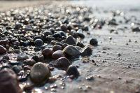 Kies am Strand der polnischen Ostseeküste bei  Kolobrzeg