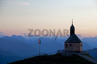 Bergkapelle am Wallberg bei Sonnenuntergang