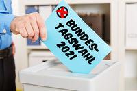 Hand beim Wählen für Bundestagswahl 2021
