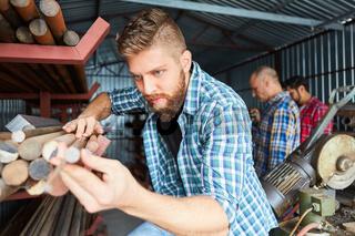 Handwerker bei einer Qualitätskontrolle im Materiallager