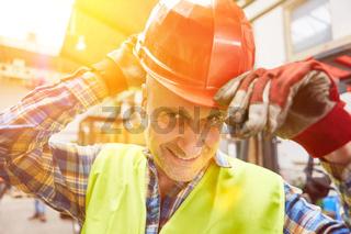 Arbeiter mit Schutzhelm bei Helmpflicht als Arbeitsschutz