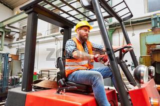 Arbeiter als Gabelstaplerfahrer auf dem Gabelstapler