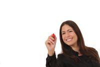 Attraktive Frau schreibt dynamisch mit einem roten Stift