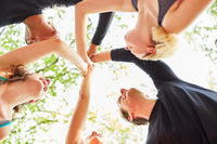 Gruppe Teenager beim High Five geben