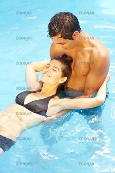Gemeinsam baden im Pool