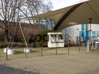 Eingang des Veranstaltungshauses Tanzbrunnen Köln mit Kassenhäuschen - Cologne