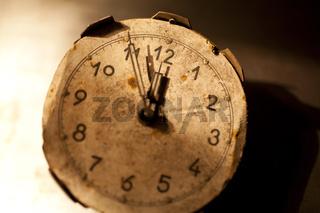 Alte Uhr zeigt 5 vor 12