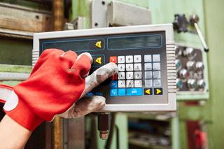 Arbeiter Hände bedienen Tastatur einer CNC-Maschine