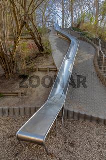 Lange Rutsche auf einem Spielplatz in Deutschland