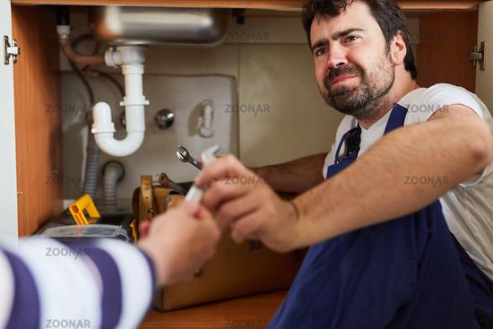 Heimwerker braucht Hilfe bei der Reparatur