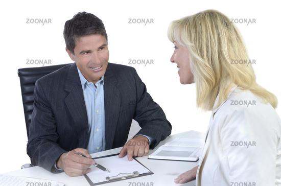 Geschäftsmann und Businessfrau bei Besprechung