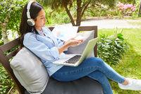 Freiberufler bei Projekt Planung am Laptop im Garten