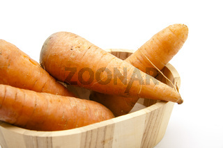 Frische Karotten in Holzkiste