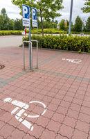 Behindertenparkplatz auf einem Supermarkt
