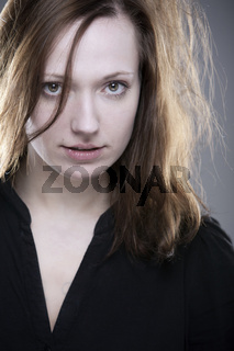 Junge Frau mit intensivem Blick