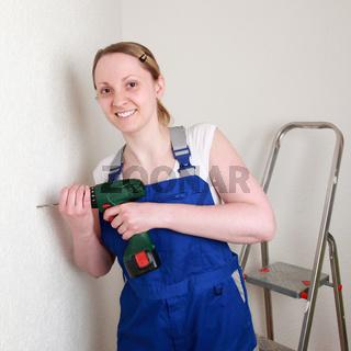 Junge Frau beim Heimwerken mit Bohrmaschine