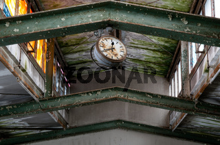 Uhr in einer zerfallenen Metallwarenfabrik