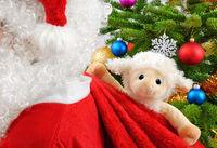 Niedliches Stofftier in Santa's Geschenksack