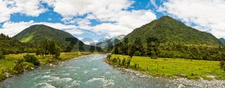 Panoramablick eines Flusses in einem Tal