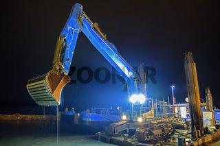 Baggerschiff in der Nacht