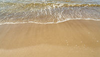 Strand am Meer der Ostsee mit Wasser und Gischt
