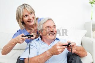 Zwei Senioren spielen ein Videospiel
