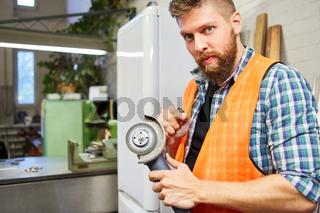 Handwerker als Metallarbeiter mit Winkelschleifer