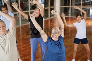 Senioren tanzen zu Musik