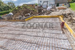 Hausbau - Baustelle mit Baustahlgitter für Betonfundamentplatte