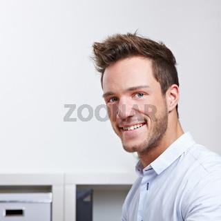 Portrait eines zufriedenen Mannes im Büro