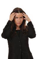 Mitarbeiterin in einem schwarzen Anzug hat Stress