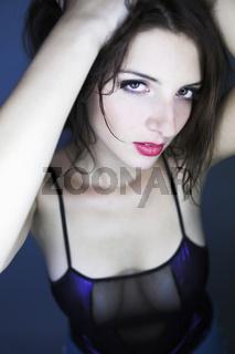 Junges Model vor blauem Hintergrund
