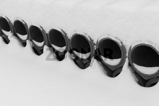 Betonkanalrohre mit Schnee bedeckt