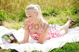 junge Frau liegt auf einer Decke