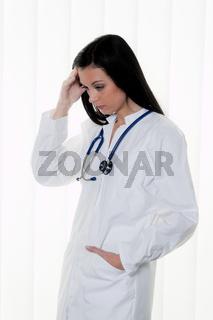 Überforderter Arzt im Krankenhaus im Stress