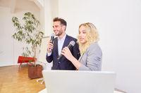 Zwei Business Leute bei einer gemeinsamen Präsentation