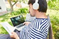 Freelancer am Laptop bei Projekt Planung im Garten
