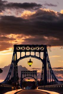 Die Kaiser-Wilhelm-Brücke im weichen Abendlicht