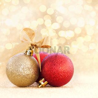 Weihnachtskugeln auf goldenem Untergrund