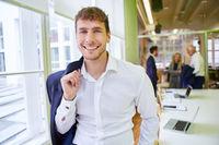 Junger Geschäftsmann als lächelnder Start-Up Gründer