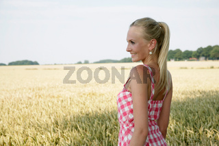 hübsche Frau im Kornfeld