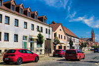 kyritz, deutschland - 03.06.2020 - strasse in der altstadt mit marienkirche