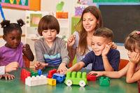Kinder spielen im Kindergarten mit bunten Bausteinen