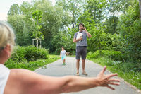 Glückliche Familie in den Sommerferien im grünen Park