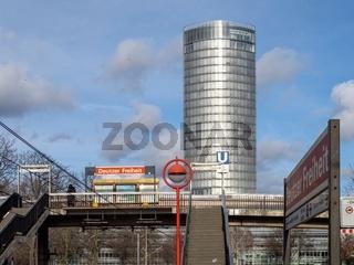 Straßenbahn-Haltestelle Deutzer Freiheit mit Blick augf das KölnTriangle-Hochhaus - Köln