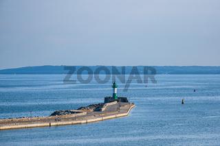 Leuchtturm auf der Mole von Sassnitz auf der Insel Rügen