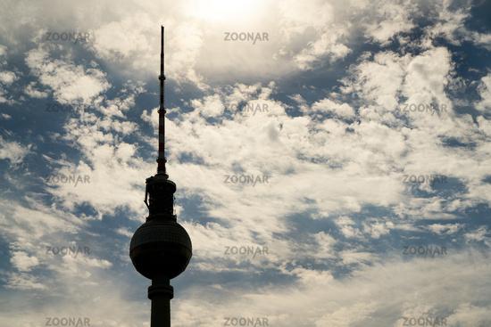 Berliner Fernsehturm im Gegenlicht als Silhouette